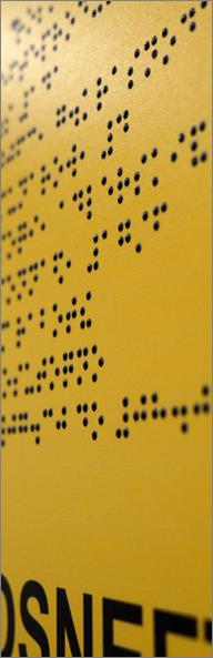 Фрагмент тактильной таблички со шрифтом Брайля